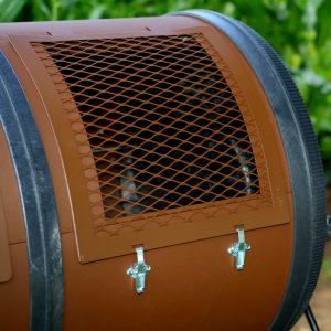 Mantis ComposT-Twin Sifter Screen in Use Closeup 201107 Lifestyle